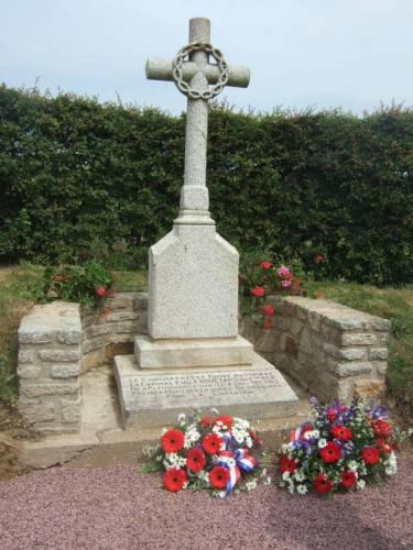 La croix érigée en hommage au caporal Emile Bouétard.